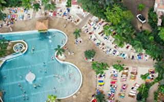德國柏林熱帶島嶼度假村的游泳池和人造沙灘 (PATRICK PLEUL/DPA/AFP)