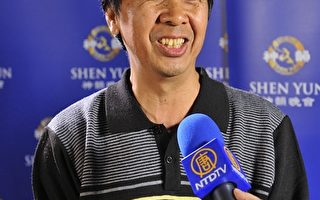 书法家陈汉强3月3日晚间观赏了神韵国际艺术团在高雄文化中心的演出。(罗瑞勋/大纪元)