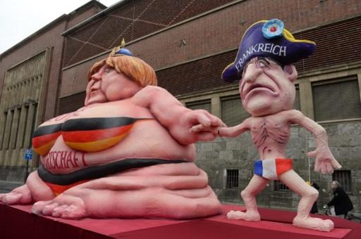 德国总理默克尔与法国总统奥朗德的不平衡比例。默克尔身上写着:德国经济(PATRIK STOLLARZ / AFP)