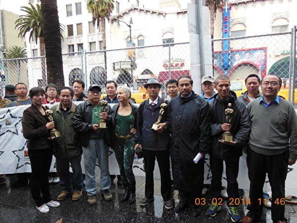 圖:一群流亡美國的民運和維權人士在舉行奧斯卡金像獎頒獎典禮的好萊塢杜比劇院外舉行「第一屆奧斯卡中國自由人權獎」頒獎活動。(李豫仁提供)