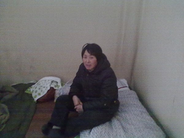 杜吉閣睡在沒有床的水泥地上(作者提供)