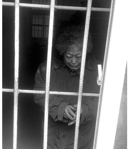 楊金芬媽媽關押在訓誡中心鐵窗內痛不欲生(作者提供)