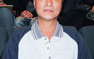 冈山寿天宫管理委员会主任委员戴清福带领40位成员一起前来观赏演出。(龙芳/大纪元)