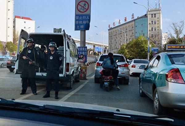 昆明市自3月1日爆發火車站血腥砍人事件後,全城民眾皆陷入高度恐慌之中,雖然街頭警察數量增加兩倍,但百姓人心惶惶,街道和餐館的人流驟然減少。圖為,3月3日在街頭巡邏的警察。(MARK RALSTON/AFP/Getty Images)