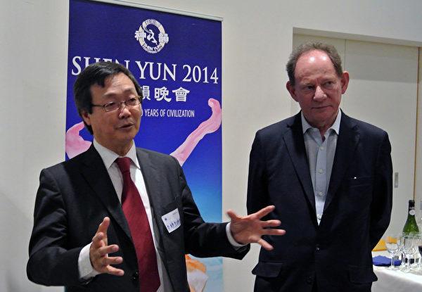 歐洲議會副主席愛德華‧麥克米蘭-斯考特先生與歐洲法輪大法學會負責人吳文昕先生。(蕭然/大紀元)