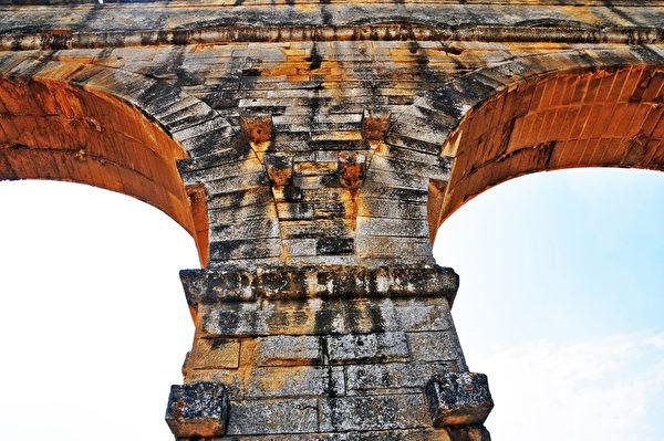 嘉德水道桥(Pont du Gard)是古罗马人修筑的高架水渠,完全用巨石建成,以其建筑的雄伟著称。(Fotolia.com)