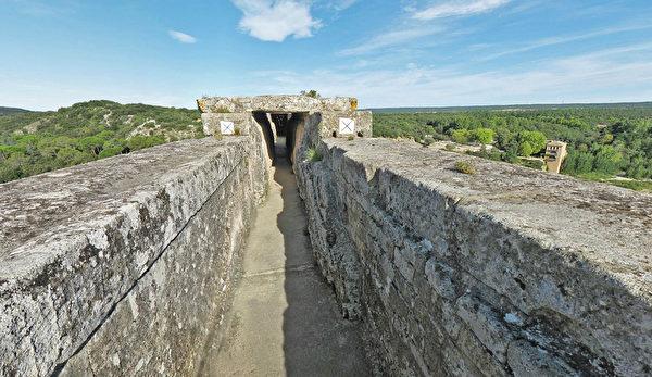嘉德水道桥(Pont du Gard)最上层是输水道。(官网pontdugard.com的截图)