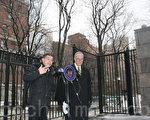 聯邦參議員舒默(右)於3月3日呼籲「聯邦健康與人民服務部」否決聯邦食品藥物管理局允許止痛藥Zohydro ER進入市場的決定。Andrew Kolodny(左)。(王依瀾/大紀元)