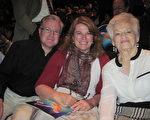 拥有自己房贷公司的Keri Wright先生与太太Caroled Wright和母亲都表示,神韵演出美丽超凡,而且触动人的心灵。(慕子兰/大纪元)