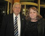 拥有自己的公司Dean Webb先生与太太观看演出后表示,神韵美丽而感人。(慕子兰/大纪元)