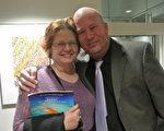 退休空军军官夫妇Johanna Lewis和Rich Lewis观看了3月5日在美国犹他州奥格登市布朗宁艺术中心上演的神韵演出。(屈婧/大纪元)