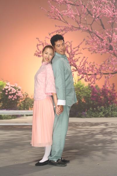 張耀揚(右)獻出MV中的舞蹈處女秀,但「護腰」不離身。(台灣索尼提供)