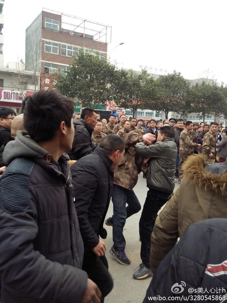 3月6日,河南省郑州市惠济区政府派出200多强拆人员,开着多辆工程车,强拆老鸦陈村临街房,上千村民阻止强拆,双方发生冲突,两位村民被打伤住院,愤怒的村民赶跑强拆队人员,并砸毁多辆工程车,强拆事件导致江山路北三环段交通瘫痪8小时。(知情者提供)