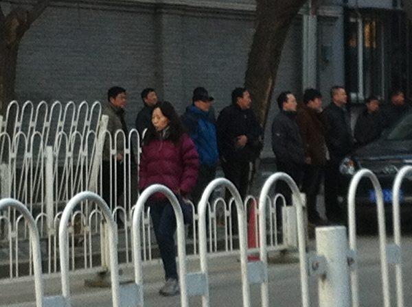 3月7日凌晨4點多,在北京東交民巷的最高檢察院的信訪窗口,已有一百多人冒著陰冷的寒風在排隊領表。(知情者提供)