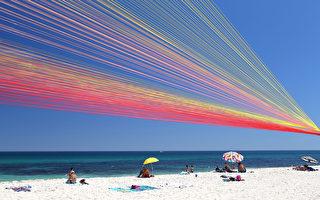 时值南国盛夏,第十届海滩艺术造型展在澳洲珀斯高堤诺海滩举行。参展作品造型各异,五花八门,吸引游客驻足观看。 (Paul Kane/Getty Images)