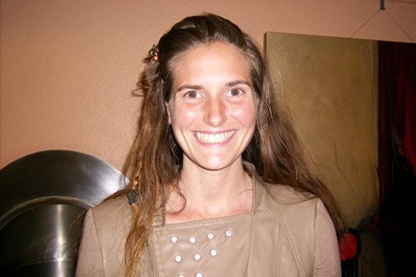 3月7日晚生活导师Erika Henson观赏神韵演出后感到幸福和喜悦。(于丽丽/大纪元)