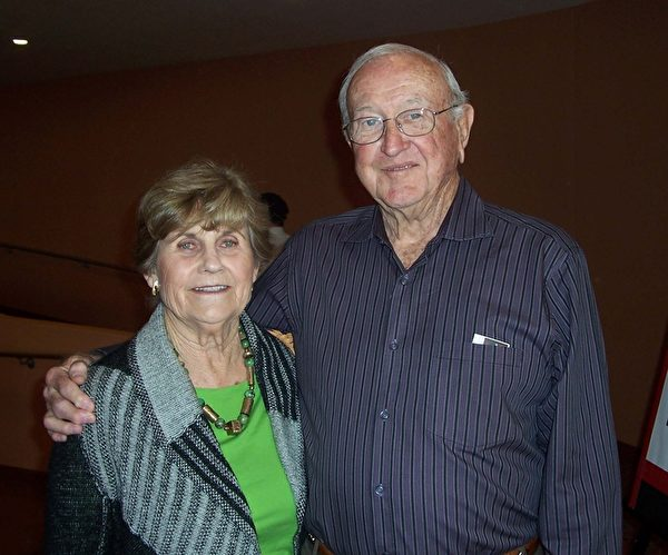 美国陆军退休将军Jim Lewis和太太Judy Lewis对神韵百分之百地喜欢。(周容/大纪元)