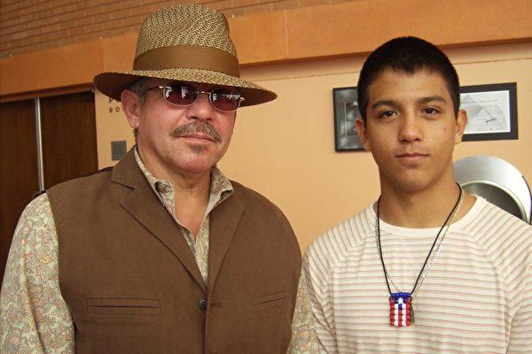 8日下午Castro父子观看了神韵在凤凰城的第二场演出,赞神韵是必看的演出。(于丽丽/大纪元)