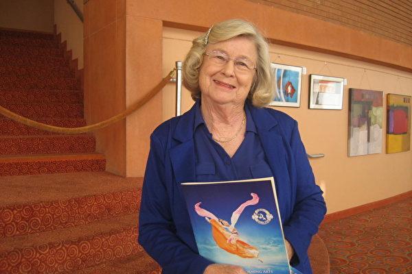 """82岁的退休教师Sue Holmes女士观看了美国神韵纽约艺术团在亚利桑那州凤凰城的第二场演出,看完演出后,她恋恋不舍的走出剧场,含泪说:""""太美了。我在想,人怎么能创作出如此精美的演出?""""(李清怡/大纪元)"""