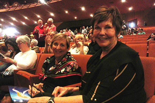 车行老板Connie Moore和好友Dorothy Pitre一起观看了神韵的演出。(屈婧/大纪元)