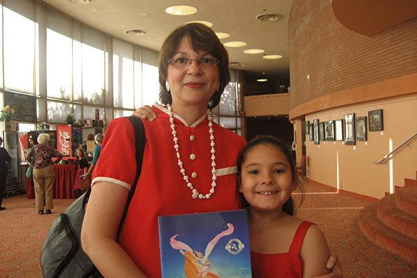 3月8日下午,CCMSI保险公司理赔专员安吉拉•里奥斯(Angela Rios)女士带着孙女安吉拉•伊斯特伟斯(Angela Esteves)观看了美国神韵纽约艺术团在亚利桑那州凤凰城的第二场演出。演出令安吉拉•里奥斯深感震撼 ,她走出剧场时,眼中含着泪水。(李清怡/大纪元)