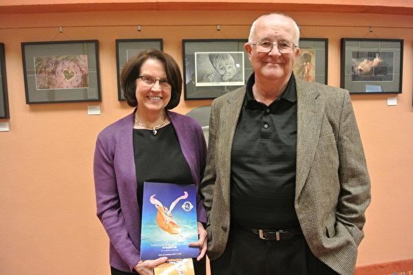 Beverly Rich女士和朋友Larry Sedgwick观看了3月8日在凤凰城都会区坦佩的演出。(屈婧/大纪元)