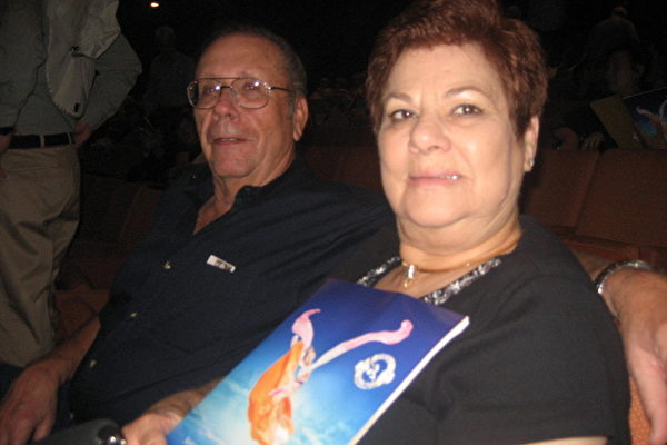 3月8日下午,退休会计师莱斯特•柏斯尔(Lester Bethel)和曾任法官的太太朱迪•柏斯尔(Judy Bethel)一起观看美国神韵纽约艺术团在亚利桑那州凤凰城的第二场演出。