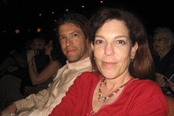 3月8日晚,公司市场部主管珍妮丝•梅尔斯(Janice Meyers)与先生工程师里奇•梅尔斯 (Rich Meyers)观看了美国神韵纽约艺术团在亚利桑那州凤凰城的第三场演出。(李清怡/大纪元)