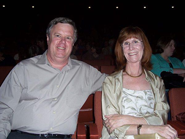 图﹕亚利桑纳州Maricopa县首席副财务长Royce Flora跟太太惊叹神韵的精彩。(周容/大纪元)