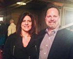 2014年3月8日晚,家居公司Basement Systems Inc.副总裁Mark Daconto夫妇观看了神韵国际艺术团在康州沃特伯里市(Waterbury)派雷斯剧院(Palace Theatre)的演出。(陈天成/大纪元)