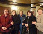 """人力资源经理Carolyn Proto与经营医疗器械的Maryellen等一群朋友在剧院大厅,兴高采烈的讨论,""""如果神韵明天还来这里,我们会再次来看的。""""(蔡溶/大纪元)"""