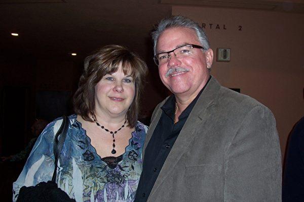 Rolls Royce直升机发动机咨询公司老板Eric Criters和太太观看了2014年3月8日晚神韵纽约艺术团在凤凰城都会区坦佩(Tempe)甘米奇剧院(ASU Gammage Theatre)的第三场演出,他们非常喜欢神韵晚会,表示神韵让人感到焕然一新,晚会的节目令人陶醉。(周容/大纪元)