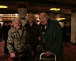 桑迪罗宾维兹(Sandy Rabinowitz) 和母亲Kiki Rabinowitz与父亲Haroon Rabinowitz来康州沃特伯里市(Waterbury)派雷斯剧院(Palace Theatre)观看3月8日的神韵演出。(大纪元)