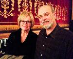 美国红十字会康州地区紧急服务总监Bruce Grotta先生和太太Susan Shepherd 女士观看了神韵世界艺术团2014年3月8日晚在康州沃特伯里市(Waterbury)派雷斯剧院(Palace Theatre)的演出。(陈天成/大纪元)