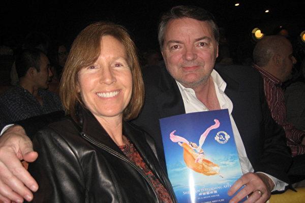 3月8日晚,Practice Max公司首席执行长贝尔‧卡恩斯和身为理疗师的太太阿丽森‧卡恩斯观看了美国神韵纽约艺术团在亚利桑那州凤凰城的第三场演出后,惊赞演出美丽至极。(李清怡/大纪元)
