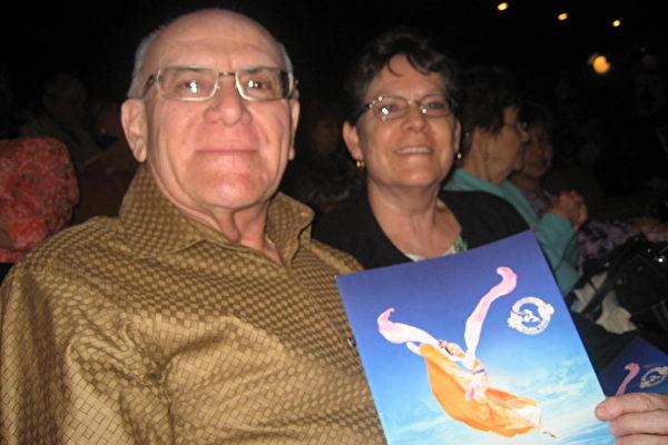 3月8日晚,美国神韵纽约艺术团在亚利桑那州凤凰城的第三场演出,吸引了主流各界观众慕名前来。中场休息时,沃尔特•弗拉克里奇(Walter Frklich)先生和太太艾琳•弗拉克里奇(Irene Frklich)就非常兴奋的分享观看神韵的神奇体验。(李清怡/大纪元)