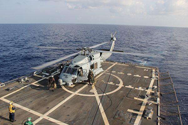 由美国海军提供的MH-60R海鹰直升机3月9日进行马航失联航班MH370的搜救工作。(Senior Chief Petty Officer  Chris D. Boardman/U.S. Navy via Getty Images)
