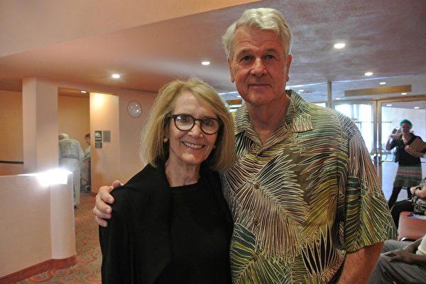 Kim Haflin女士和丈夫Bill Haflin先生一起观看了神韵的演出。(屈婧/大纪元)