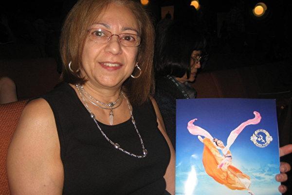 3月9日下午,电脑咨询公司经理琳达‧拉巴巴拉(Linda Labarbera)与先生一同前来观赏了美国神韵纽约艺术团在亚利桑那州凤凰城的最后一场演出。她惊叹神韵感人至极,令人振奋。(李清怡/大纪元)