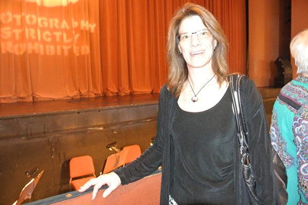 Tamma Kaysser-Kranich女士在凤凰城观看了神韵的演出。(屈婧/大纪元)