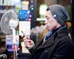 布碌崙居民Jack Mui2013年12月19日在曼哈頓下東城的電子香煙店。 (鮑蜜兒/大紀元)