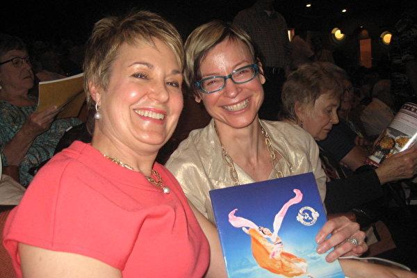 3月9日下午,财务经理卡罗尔•阿伦特(Carol Arendt右一)与表姐家人观赏了美国神韵纽约艺术团在亚利桑那州凤凰城的第四场演出。阿伦特惊叹道,神韵平静祥和而又令人振奋。(大纪元/李清怡)