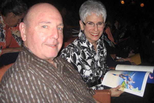 3月9日下午,房地产经纪人埃利奥特•克尼克(Elliott Konick)和太太温迪•克尼克(Wendy Konick)观看了美国神韵纽约艺术团的第四场演出,惊叹演出壮观。(大纪元/李清怡)