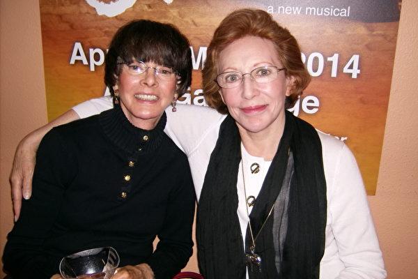 3月9日下午Elaine Kissel博士(右)和朋友一同观看神韵纽约艺术团在凤凰城都会区坦佩甘米奇剧院的最后一场演出(于丽丽/大纪元)
