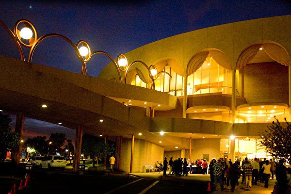 3月9日,美国神韵纽约艺术团在亚利桑纳州3天4场的神韵演出圆满结束。图为凤凰城都会区坦佩(Tempe)甘米奇剧院(ASU Gammage Theatre)外景。(大纪元)