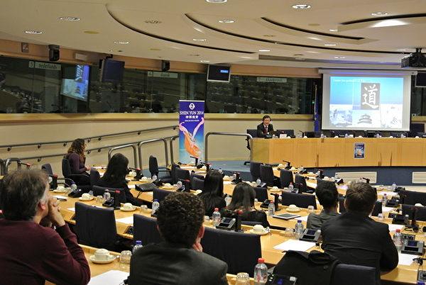 歐洲議會在3月4日舉辦了2014年度歡迎神韻藝術團招待會。(蕭然/大紀元)