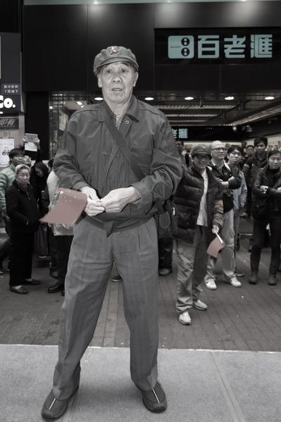 一名经常在各区辱骂法轮功学员的恶人,昨日也出现在反自由行活动中表演。(潘在殊/大纪元)