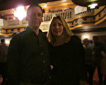 房地产总监Greg Smulski 和妻子Kate Smulski3月8日 来沃特伯里市(Waterbury)派雷斯剧院(Palace Theater)观看神韵演出。(大纪元)