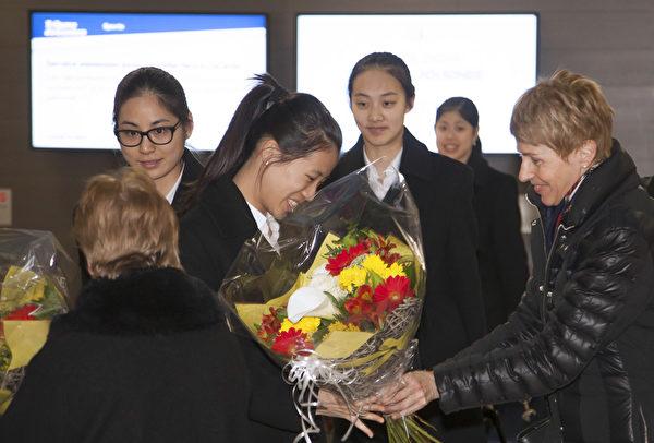 粉絲團更是早早聚在機場,拉著歡迎的橫幅,手捧鮮花,興奮地歡迎神韻藝術圖的到來。(Jason Wang/大紀元)