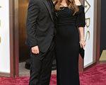 """2014年3月2日,克里斯蒂安•贝尔和妻子西碧出席第86届奥斯卡金像奖颁奖礼,西碧被眼尖的媒体捕捉到了""""孕味""""。(Jason Merritt/Getty Images)"""